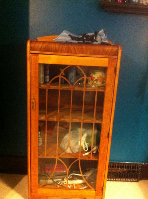 This is the matching cabinet, and it screams art deco. It holds plenty of stuff, but I won't be putting anything very heavy in it. It's very light and feels a bit delicate so I'm going to be very careful.